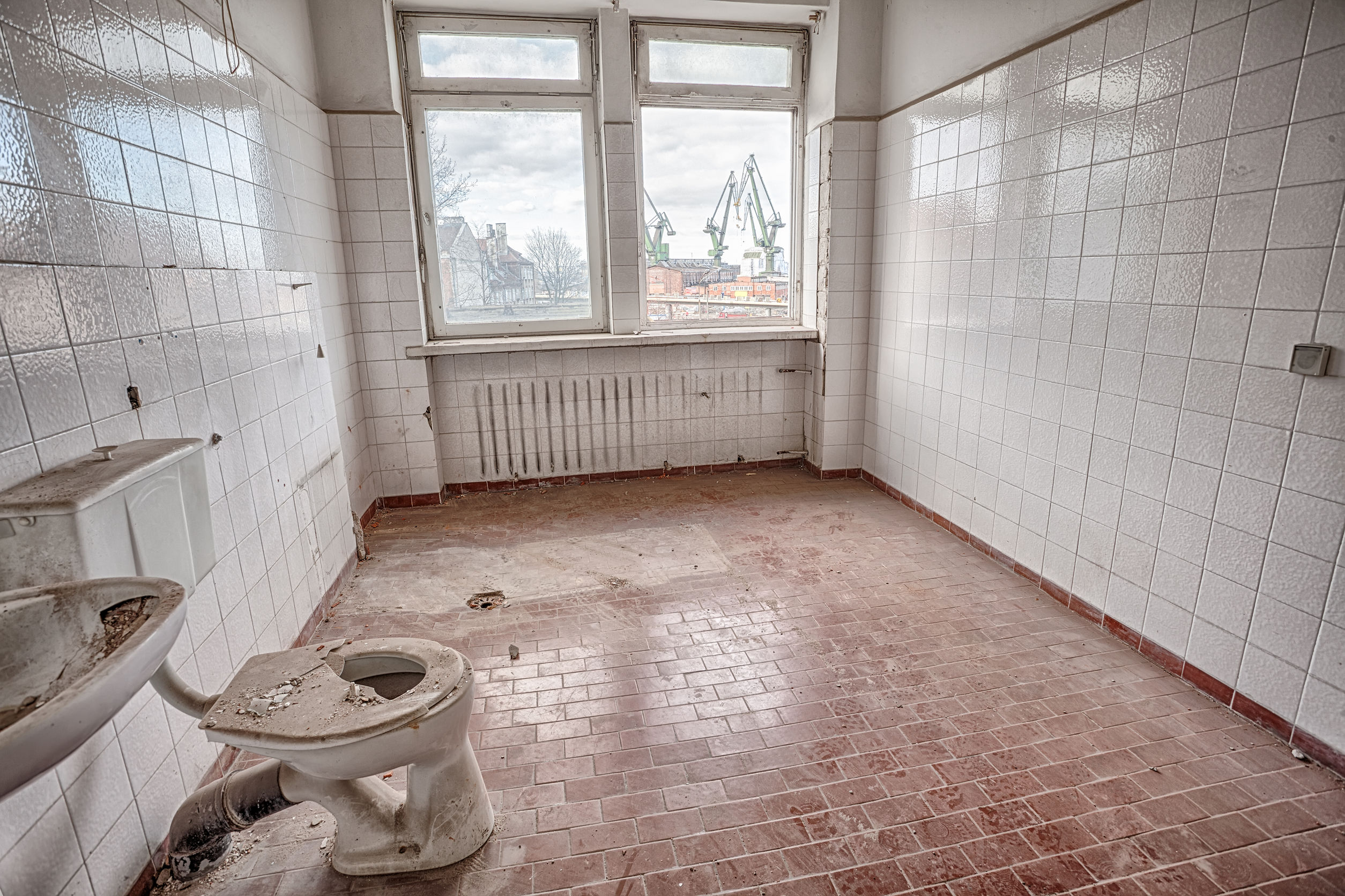 Ugly old bathroom