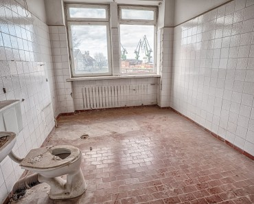Ugly old bathroom